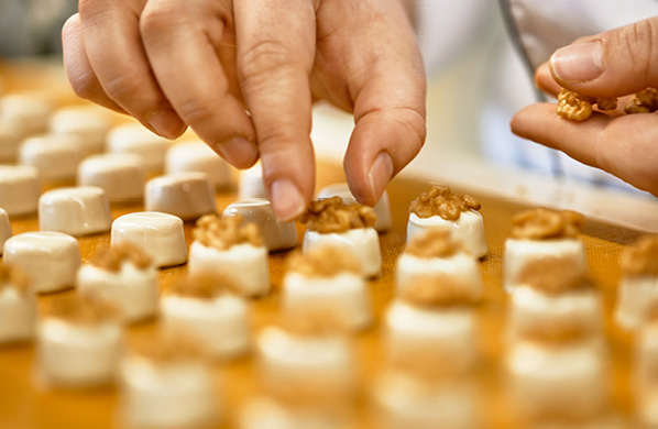 Room 3.1: In our manufactory Swiss craftsmanship at its best: You will get a fascinating insight into our chocolate manufacture in Ennenda. You will experience how our Läderach creations are created - many of them are still made by hand in the traditional way. A fresh pleasure for eyes and palate.
