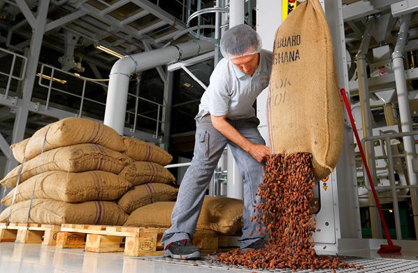 Endlich: Die Schokoladen-Fabrik! Bald endet Ihre Cocoa Journey: Im letzten Teil der Reise geht es im Container zurück in die Schweiz. In unserer modernen Schokoladenfabrik in Bilten entstehen aus dem Kakao die beliebten Läderach-Schokoladensorten. Staunen, lernen und geniessen Sie – genau dort, wo frische Schokolade fliesst!